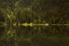 Τοπίο πανοράματος, λίμνη στα βουνά Στοκ Φωτογραφίες