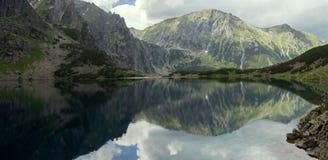 Τοπίο πανοράματος, λίμνη στα βουνά Στοκ Εικόνες