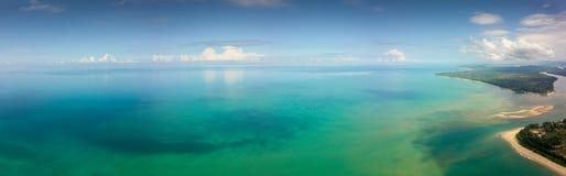 Τοπίο πανοράματος της τροπικών θάλασσας και της ακτής Στοκ φωτογραφίες με δικαίωμα ελεύθερης χρήσης