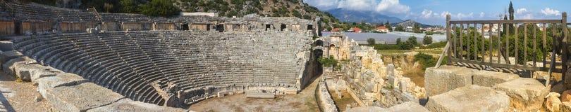 Τοπίο, πανόραμα, έμβλημα - άποψη της οικοδόμησης του θεάτρου στις καταστροφές της αρχαίας πόλης lycian Myra Στοκ φωτογραφίες με δικαίωμα ελεύθερης χρήσης