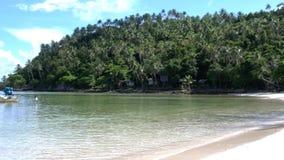 Τοπίο παραδείσου της καταπληκτικής τροπικής παραλίας Koh Phangan Βάρκα πανιών στην ακτή αερακιού με την άσπρη άμμο νησιών ` s φιλμ μικρού μήκους