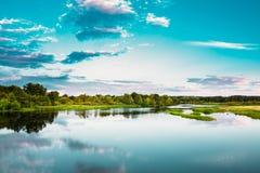 Τοπίο ποταμών στο λευκορωσικό ή ευρωπαϊκό μέρος της Ρωσίας το καλοκαίρι Στοκ εικόνα με δικαίωμα ελεύθερης χρήσης