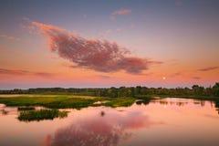 Τοπίο ποταμών στο λευκορωσικό ή ευρωπαϊκό μέρος της Ρωσίας στο ηλιοβασίλεμα Στοκ Εικόνα