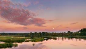 Τοπίο ποταμών στο λευκορωσικό ή ευρωπαϊκό μέρος της Ρωσίας στο ηλιοβασίλεμα Στοκ Φωτογραφία