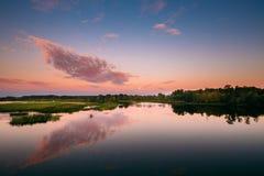 Τοπίο ποταμών στο λευκορωσικό ή ευρωπαϊκό μέρος της Ρωσίας στο ηλιοβασίλεμα Στοκ Εικόνες