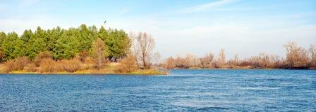 Τοπίο ποταμών το φθινόπωρο Στοκ Εικόνα