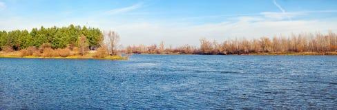 Τοπίο ποταμών το φθινόπωρο Στοκ Εικόνες