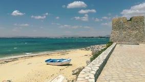 Τοπίο, που αγνοεί τη θάλασσα, τον ορίζοντα, τον περίπατο και τη βάρκα του άσπρου και μπλε χρώματος στοκ φωτογραφία με δικαίωμα ελεύθερης χρήσης