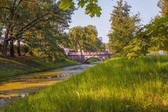 Τοπίο που αγνοεί τη μεγάλη κινεζική γέφυρα στο πάρκο του Αλεξάνδρου, Tsarskoye Selo, Pushkin στοκ εικόνες