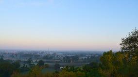 Τοπίο που συλλαμβάνεται πανοραμικό από ένα Hill στα ξημερώματα - ένα φυσικό υπόβαθρο με το μπλε ουρανό Στοκ φωτογραφία με δικαίωμα ελεύθερης χρήσης