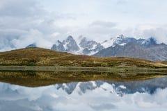 Τοπίο πρωινού με μια λίμνη Koruldi, Γεωργία βουνών Στοκ Φωτογραφίες