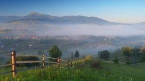 Τοπίο πρωινού με το ορεινό χωριό Στοκ εικόνα με δικαίωμα ελεύθερης χρήσης