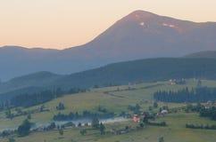 Τοπίο πρωινού του χωριού κάτω από το βουνό στοκ φωτογραφίες με δικαίωμα ελεύθερης χρήσης