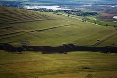 Τοπίο πρόσφατου καλοκαιριού με το λόφο και την κοιλάδα στοκ εικόνα