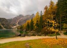 Τοπίο πτώσης της λίμνης Braies, Άλπεις δολομίτη, Ιταλία Στοκ Εικόνα