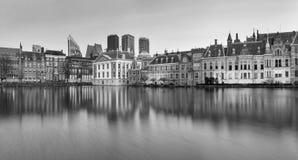 Τοπίο πόλεων, γραπτό πανόραμα - δείτε στη λίμνη Hofvijver και σύνθετος των κτηρίων Binnenhof μέσα από το κέντρο της πόλης του θορ στοκ φωτογραφία με δικαίωμα ελεύθερης χρήσης