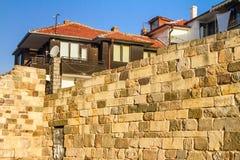 Τοπίο πόλεων - παλαιός τοίχος φρουρίων στο υπόβαθρο των σπιτιών πόλεων Στοκ Φωτογραφίες