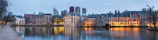 Τοπίο πόλεων, πανόραμα ηλιοβασιλέματος - δείτε στη λίμνη Hofvijver και σύνθετος των κτηρίων Binnenhof μέσα από το κέντρο της πόλη στοκ εικόνες με δικαίωμα ελεύθερης χρήσης
