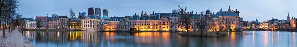 Τοπίο πόλεων, πανόραμα ηλιοβασιλέματος - δείτε στη λίμνη Hofvijver και σύνθετος των κτηρίων Binnenhof μέσα από το κέντρο της πόλη στοκ εικόνες