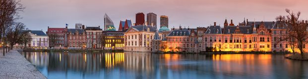Τοπίο πόλεων, πανόραμα ηλιοβασιλέματος - δείτε στη λίμνη Hofvijver και σύνθετος των κτηρίων Binnenhof μέσα από το κέντρο της πόλη στοκ φωτογραφία με δικαίωμα ελεύθερης χρήσης