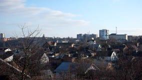 Τοπίο πόλεων - στέγες των σπιτιών, των γυμνών δέντρων και των σύννεφων καπνού που αυξάνονται στον ουρανό απόθεμα βίντεο