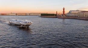 Τοπίο πόλεων με τον ποταμό Neva, Στοκ φωτογραφία με δικαίωμα ελεύθερης χρήσης