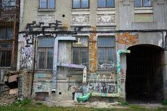 Τοπίο πόλεων με το εγκαταλειμμένο σπίτι χωρίς μισθωτές Στοκ Εικόνες