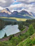 Τοπίο σειράς βουνών, διαδρομή τραίνων, Καναδάς στοκ φωτογραφίες