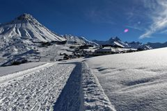 Τοπίο σε ένα ορεινό χιονοδρομικό κέντρο το χειμώνα, γαλλικά alpes στοκ εικόνες