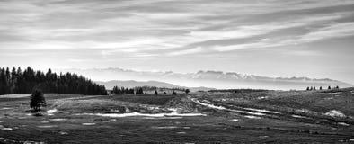 τοπίο σε γραπτό με τα όμορφα βουνά και τα σύννεφα στοκ εικόνα