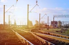 Τοπίο σιδηροδρόμων των ελεύθερων και κενών γραμμών σιδηροδρόμων Λεπτομερής εικόνα των ραγών και του κοιμώμεού στοκ εικόνα