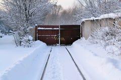 Τοπίο σιδηροδρόμων Χειμώνας Ο δρόμος στηρίζεται σε μια κλειστή πύλη σιδήρου στοκ φωτογραφίες με δικαίωμα ελεύθερης χρήσης