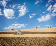 τοπίο σπιτιών πεδίων αγροτ& στοκ φωτογραφία