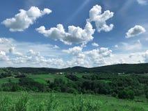 Τοπίο στα ευρωπαϊκά λιβάδια, λιβάδια υψηλά στα βουνά Τα άσπρα σύννεφα πετούν χαμηλά στοκ φωτογραφίες