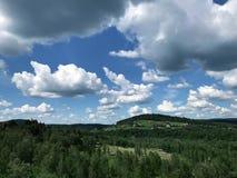 Τοπίο στα ευρωπαϊκά λιβάδια, λιβάδια υψηλά στα βουνά Τα άσπρα σύννεφα πετούν χαμηλά στοκ εικόνες