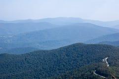 Τοπίο στα μπλε βουνά κορυφογραμμών στοκ φωτογραφία