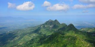 Τοπίο στην πράσινη σειρά βουνών πέρα από την Αϊτή Στοκ Εικόνες