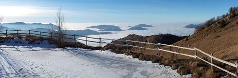Τοπίο στη Po πεδιάδα και το βουνό Farno Η ομίχλη καλύπτει όλα τα χωριά και την πεδιάδα Padana Στοκ Εικόνες