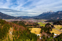 Τοπίο στις Άλπεις με τα φρέσκα πράσινα λιβάδια βουνών και χιονοσκεπείς κορυφές βουνών στο υπόβαθρο Αυστρία Τύρολο Στοκ εικόνα με δικαίωμα ελεύθερης χρήσης
