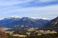 Τοπίο στις Άλπεις με τα φρέσκα πράσινα λιβάδια βουνών και χιονοσκεπείς κορυφές βουνών στο υπόβαθρο Αυστρία Τύρολο Στοκ φωτογραφία με δικαίωμα ελεύθερης χρήσης