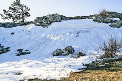 Τοπίο στις πέτρες βουνών, χιόνι, κάτω από το φωτεινό ήλιο, μέσα Στοκ φωτογραφίες με δικαίωμα ελεύθερης χρήσης
