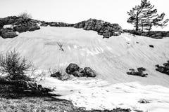 Τοπίο στις πέτρες βουνών, χιόνι, κάτω από το φωτεινό ήλιο, μέσα Στοκ εικόνα με δικαίωμα ελεύθερης χρήσης