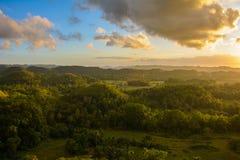 Τοπίο στις Φιλιππίνες, το ηλιοβασίλεμα πέρα από τους τομείς στο νησί Bohol στοκ εικόνες