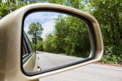 Τοπίο στον καθρέφτη πλάγιας όψης ενός αυτοκινήτου Στοκ Εικόνες
