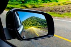 Τοπίο στον καθρέφτη sideview ενός αυτοκινήτου στοκ φωτογραφία με δικαίωμα ελεύθερης χρήσης