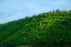 Τοπίο στο βουνό με τον ουρανό στοκ εικόνα