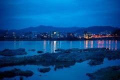 Τοπίο της άποψης πόλεων inuyama με τον ποταμό kiso στη νύχτα Στοκ Φωτογραφία