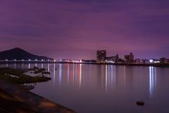 Τοπίο της άποψης πόλεων inuyama με τον ποταμό kiso στη νύχτα Στοκ Εικόνες