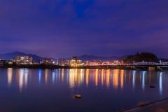 Τοπίο της άποψης πόλεων inuyama με τον ποταμό kiso στη νύχτα Στοκ Εικόνα