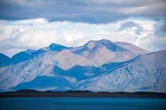 Τοπίο της λίμνης και των βουνών στο υπόβαθρο Shevelev Στοκ φωτογραφία με δικαίωμα ελεύθερης χρήσης
